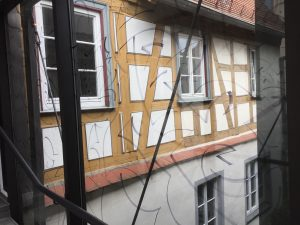 Blick von der Glasbrücke, mit Edding bezeichnet, zur alten Haus, Foto: KUNST KLOSTER