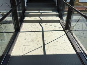 Glasbrücke mit Schatten der Zeichnung auf Glas, Foto: KUNST KLOSTER