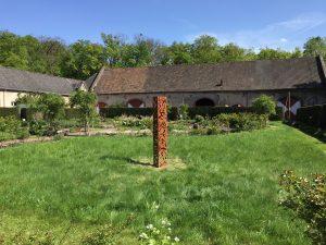 Stele im Ceres-Heilpflanzen-Garten