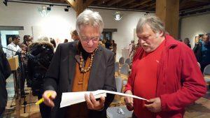 Katalog signieren. Foto: Renata Keller.